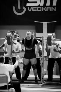 """Adam Haavik tävlar i klassisk styrkelyft för Broddetorps Goif och har på sin merit lista ett SM silver 2013 och SM guld 2014. """" Jag kom till Stefan med en krånglande rygg och gick därifrån dels med en fixad rygg, en mycket större förståelse för kroppen och efter lite finslipande en ny knäböjs stil som visat sig vara väldigt effektiv! Idag böjer jag +300kg raw tack vare korrigeringarna."""""""